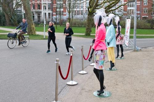 Drie op en top gestylede paspoppen gaven voorbijgangers een voorproefje van de nieuwe voorjaars-collecties van Stadshart Amstelveen. Fotografie: Nabor Fotografie
